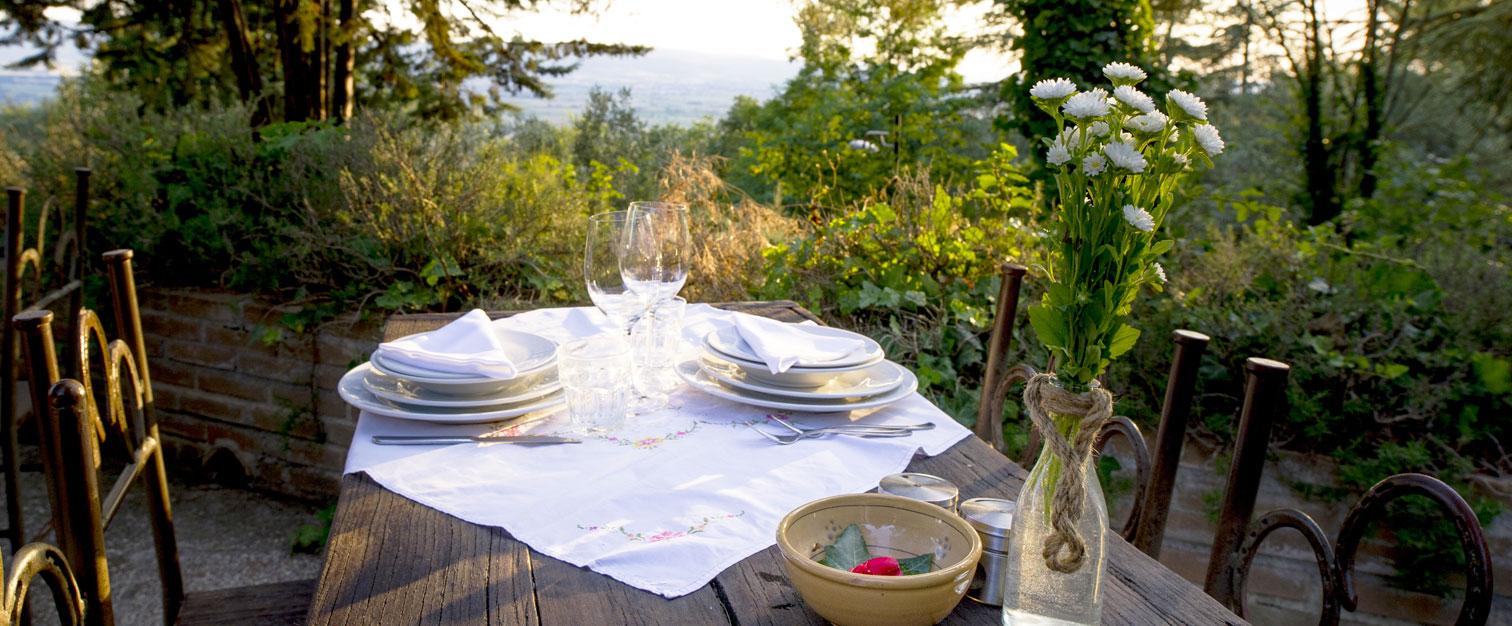 Tavolo Apparecchiato In Giardino